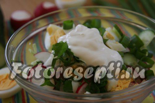 добавить в салат сметану