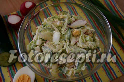 перемешать салат с редиской