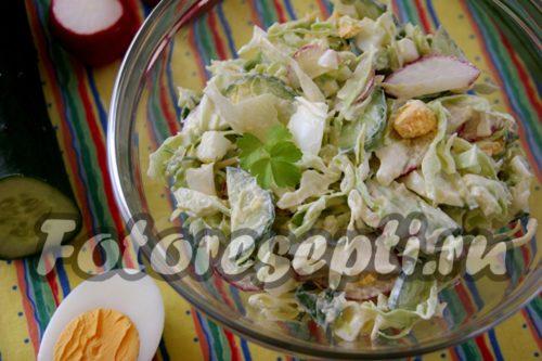 Салат с редиской и яйцом, и огурцом и молодой капустой