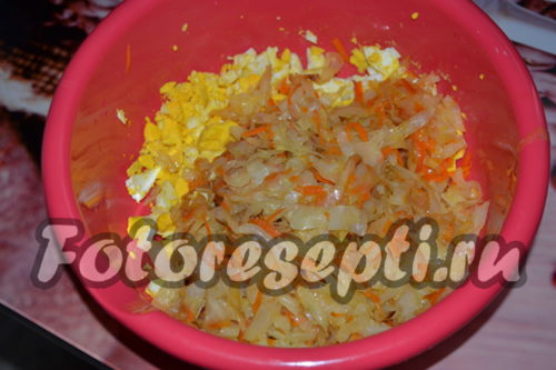 смешать яйца с капустой