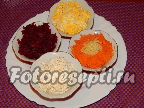 натереть на терке морковь, свеклу, яйцо и сыр
