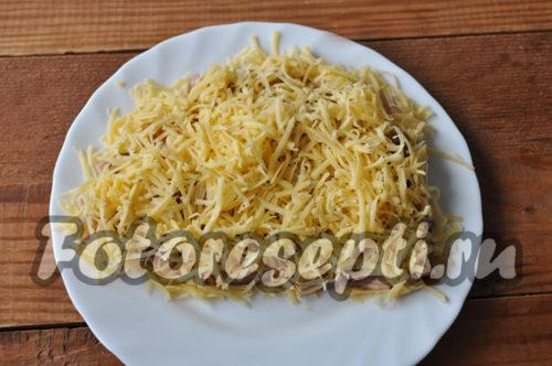 выложить тертый сыр