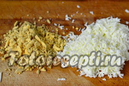 Измельчаем варёные желтки и белки