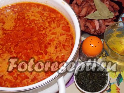 опустить в кастрюлю обжаренную колбасу, лавровый лист, укроп, молотый перец, вылить огуречный рассол