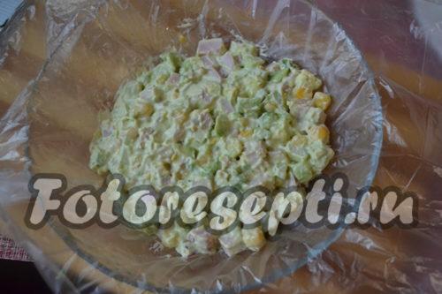 На пленку выкладываем салат