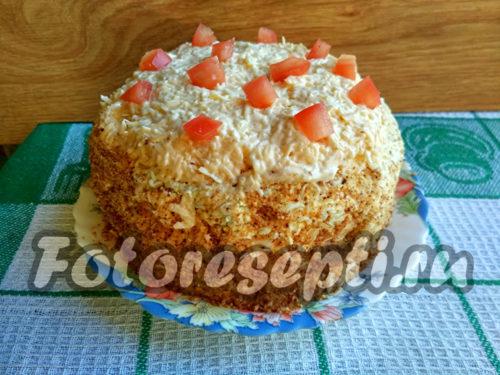выложить сырную массу поверх салата и украсить резанными помидорами