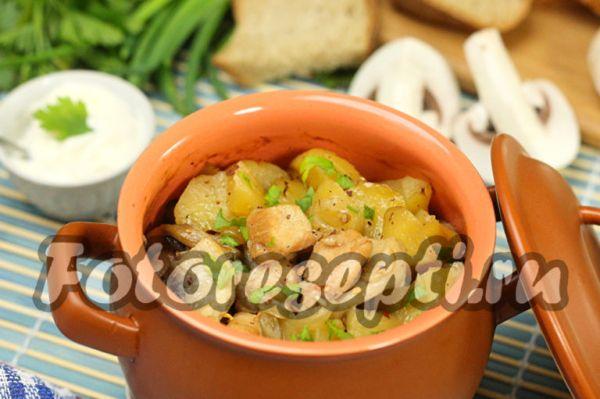 Жаркое из курицы, картошки и грибов в горшочке