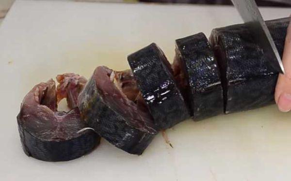 Подготовленные тушки скумбрии режем кусочками