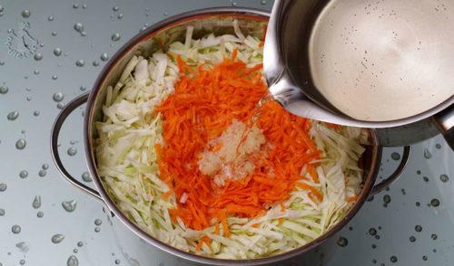 Сверху укрываем капусту, перемешанную с морковью
