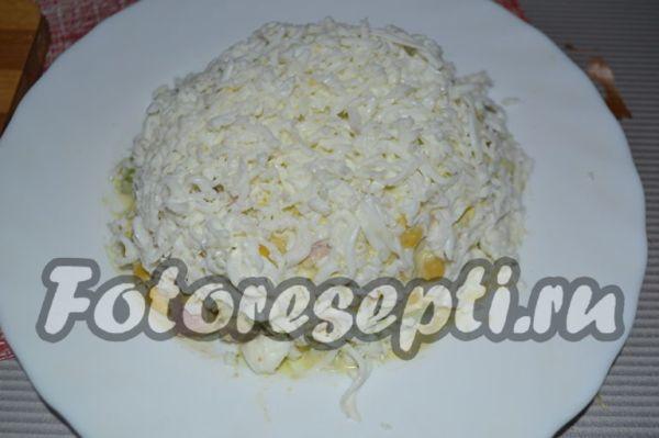 Сверху салат присыпаем перетертыми белками