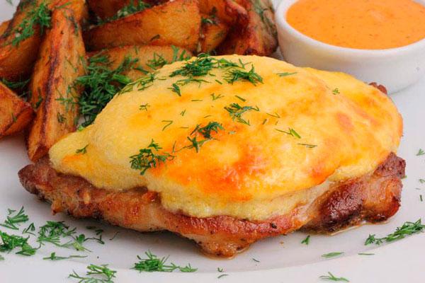 Мясо с ананасом под сырной шубой