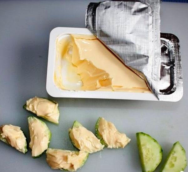 Выкладываем сыр на них