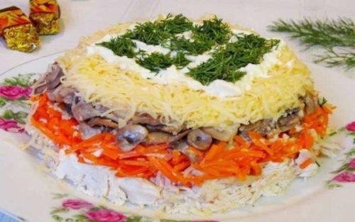 Пикантный салат с корейской морковкой, грибами и куриным мясом