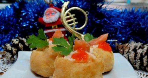 Праздничные профитроли с лососем