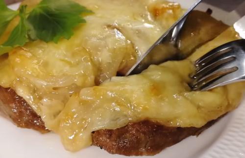 Мясные стейки под луковым соусом с сыром